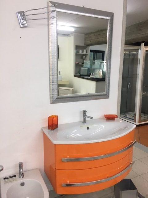 Mobile da bagno color arancione con specchiera