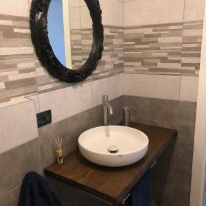 Composizione bagno specchio e lavabo in ceramica su top legno
