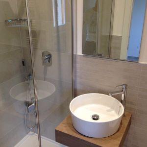 Installazione salvaspazio lavabo freestanding tondo e doccia