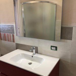Mobile con lavabo incassato e specchio