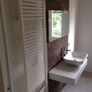 composizione lavabo freestandig e termoarredo bianco